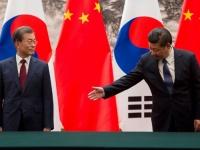 中韓首脳会談での文在寅大統領(左)と習近平国家主席(右)(写真:代表撮影/ロイター/アフロ)