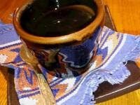 取っ手のないカップで提供する五浦コヒー